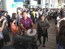 Sân bay Tân Sơn Nhất: 'Biển người' đón Việt kiều về ăn tết