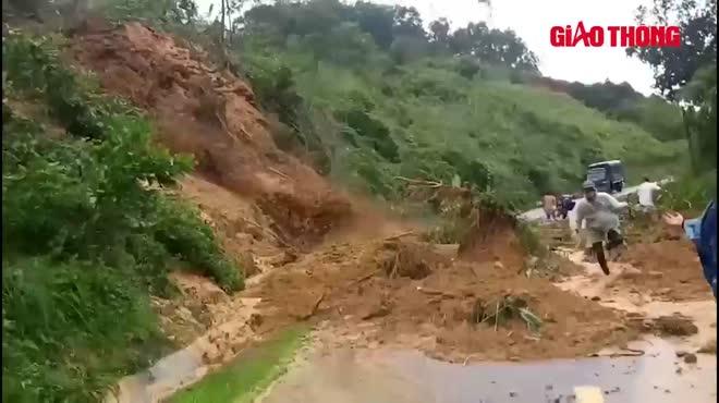 Video: Cận cảnh sạt lở đất ở Quảng Nam vùi lấp người đi đường