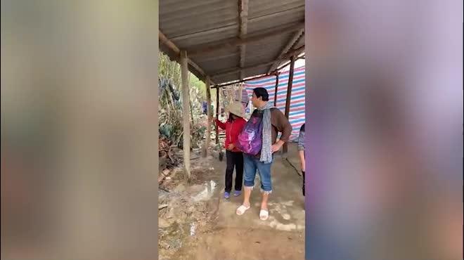 Giữa bão số 13, Quyền Linh trực tiếp tới Quảng Bình, mang theo ba lô tiền