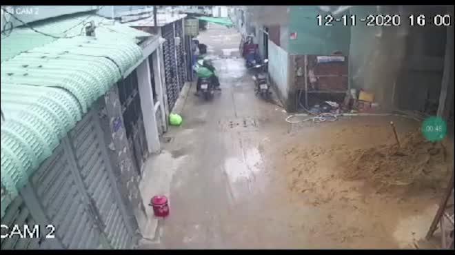 Clip ớn lạnh cảnh sập giàn giáo công trình, 3 người rơi xuống đất ở TP.HCM