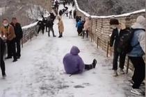 Du khách trượt ngã khi leo Vạn Lý Trường Thành giữa trời tuyết