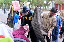 Người Hà Nội đổ xô đi mua áo phao ngày rét hại