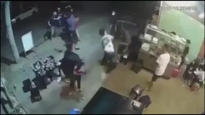 Clip: Kinh hoàng nhóm thanh niên đánh dã man 1 người đàn ông trong quán Sóc Nâu