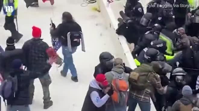 Video: Người ủng hộ ông Trump ném bình cứu hỏa trúng đầu cảnh sát quốc hội