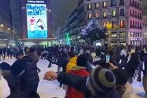 Người dân Madrid đổ ra đường vui chơi dưới trận tuyết kỷ lục