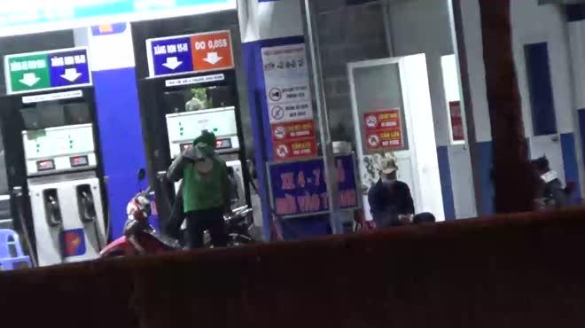 Video: Nhân viên cây xăng trộm tiền bằng cách bơm nối số