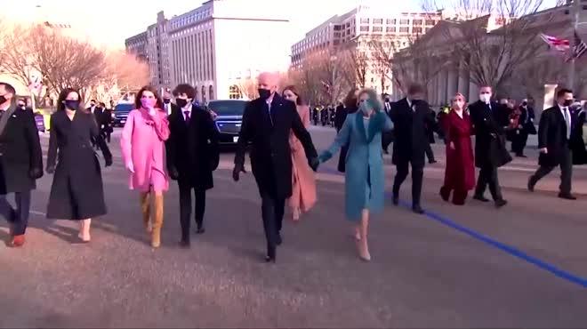 Khoảnh khắc ông Joe Biden cùng phu nhân mở cửa bước vào Nhà Trắng