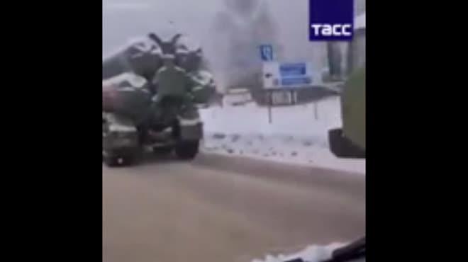 Video: Xe phóng tên lửa phòng không S-400 của Nga gặp tai nạn trên đường phố Moscow