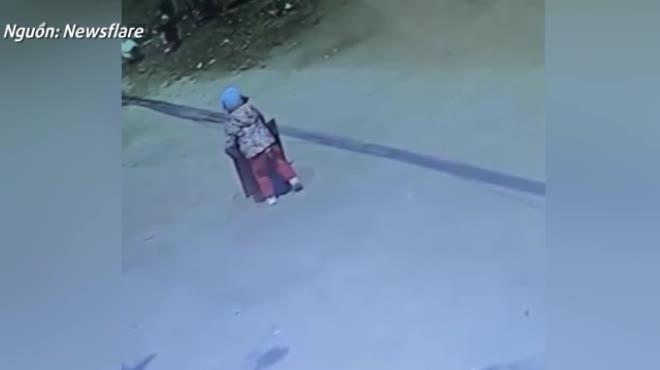 Cậu bé 3 tuổi rơi thẳng xuống cống sau khi tò mò cố tự mở nắp