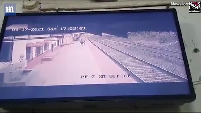 Nghẹt thở cảnh cứu em bé rơi xuống đường ray khi đoàn tàu lao đến