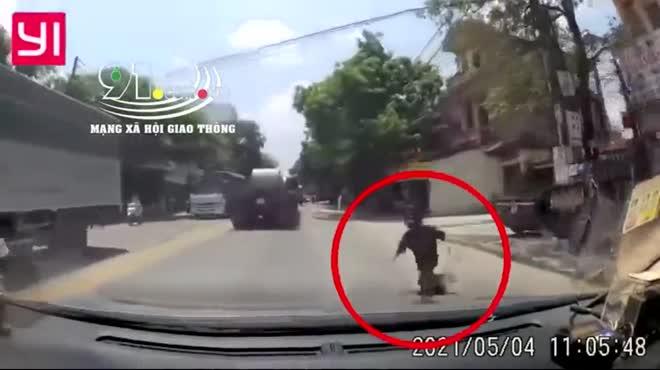Tài xế phanh cháy đường, cứu cô gái trẻ lao vào đầu xe tự tử