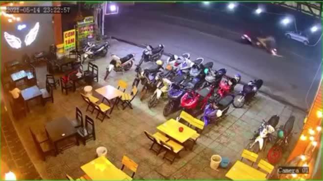 Chủ xe máy nếm trái đắng khi sang đường không xi nhan