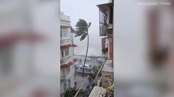 Đang căng mình đối phó dịch Covid-19, Ấn Độ hứng bão mạnh nhất trong 20 năm