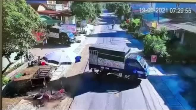 Xe máy tông vào xe tải quay đầu, dân mạng tranh cãi đúng sai