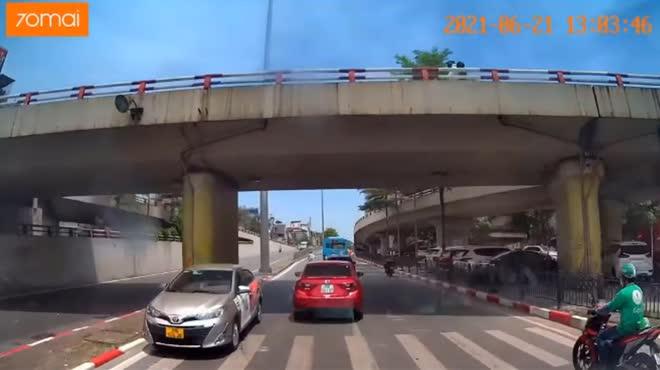 Giật mình ô tô biển vàng liều lĩnh chạy ngược chiều, suýt gây họa trên phố Hà Nội