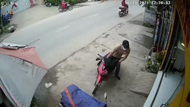 Xôn xao clip khách ôm vàng bỏ chạy ra khỏi tiệm ở huyện Bình Chánh