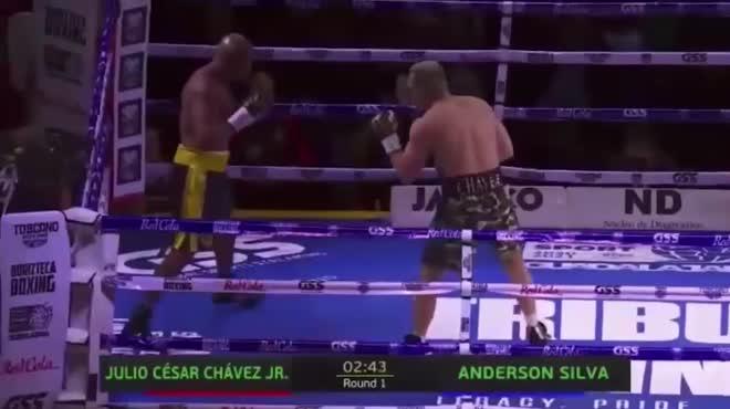 """""""Người nhện"""" MMA 46 tuổi đại náo Boxing, hạ siêu võ sĩ kém 11 tuổi"""