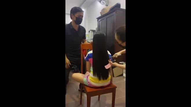 """Bố """"đứng ngồi không yên"""" vì mẹ cắt tóc của con gái rượu, nói một câu làm dân mạng """"ngã ngửa"""""""