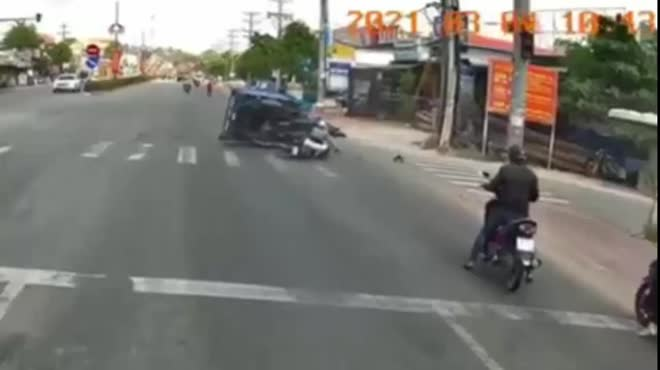 """Clip: Phóng vun vút, tài xế lái xe máy """"drift"""" húc đổ xe 3 bánh"""