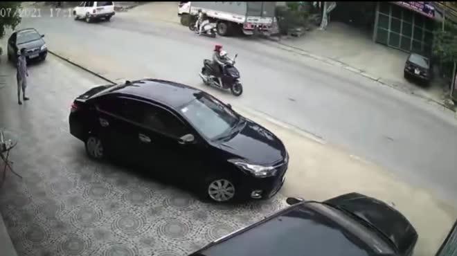 """Clip: Xe tải """"lái lụa"""", 2 nữ tài xế dàn xe hàng ngang """"buôn chuyện"""" may mắn thoát nạn"""