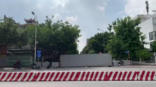 CLIP: Dùng 2 vạn gạch, xe tải, bê tông... làm chốt cứng hạn chế người dân ra đường