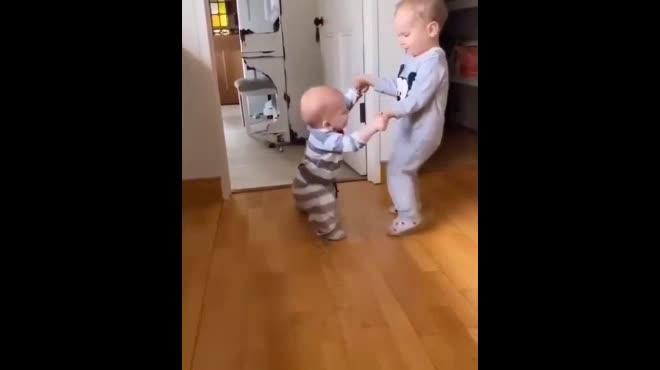 """Clip: Cậu bé có hành động dạy em trai cách đi """"đốn tim"""" dân mạng"""