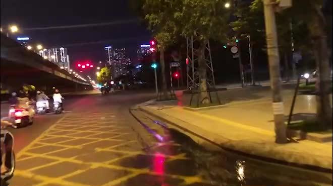 CLIP: Hơn 30 người lao động tay xách nách mang đi bộ xuyên đêm để về quê