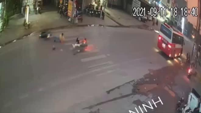 Clip: Cô gái đi xe máy ngã nằm sấp xuống đường sau tai nạn kinh hoàng