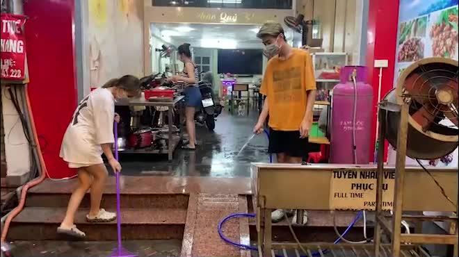 CLIP: Hàng quán ở Hà Nội tất bật dọn dẹp xuyên đêm chờ bán trở lại