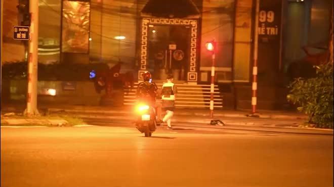 Thành phố lên đèn, nhiều người Hà Nội xuống đường tập thể dục