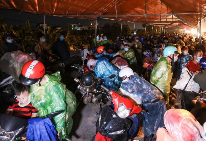 CLIP: Hàng trăm người dân từ các tỉnh phía Nam ùn ùn qua cửa ngõ Hà Nội về quê