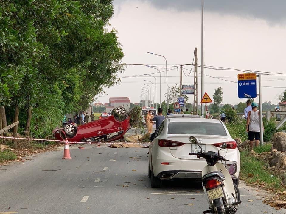 Ô tô con nát bét sau va chạm với xe tải, 6 nam nữ thanh niên thương vong